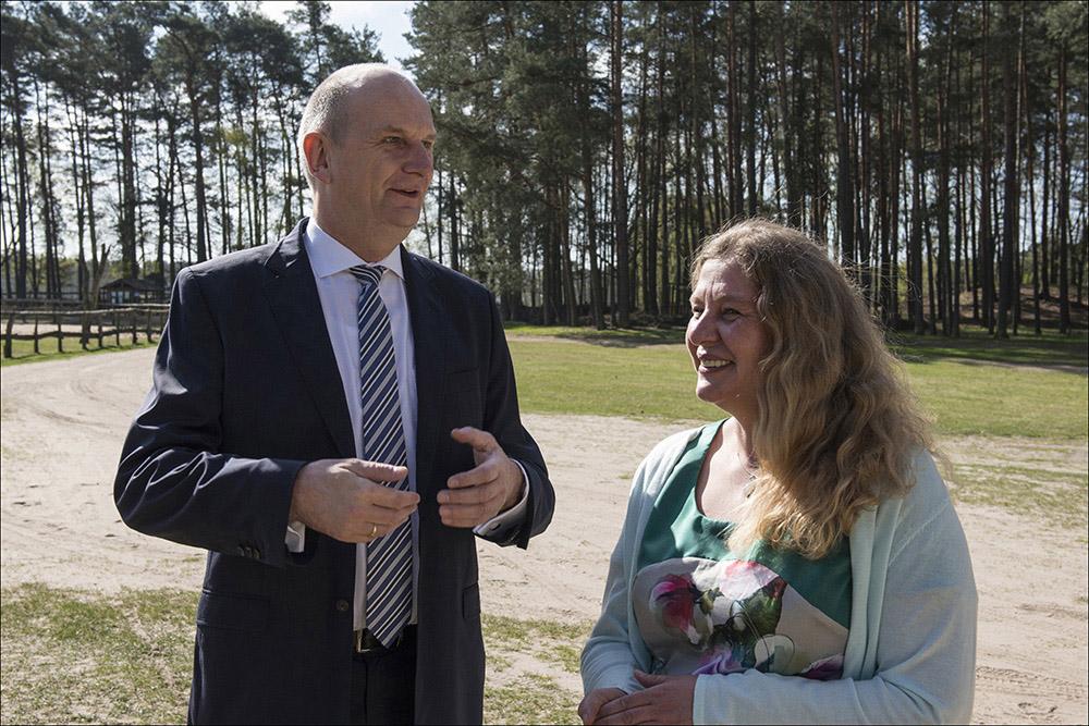 Der Wildpark Schorfheide in Groß Schönebeck (Landkreis Barnim) feiert am 21.04.2016 seinen 20. Geburtstag. Zur Geburtstagsfeier kam auch der Ministerpräsident des Landes Brandenburg Dr. Dietmar Woidke (auf dem Foto mit der Geschäftsführerin des Wildparkes Imke Heyter.