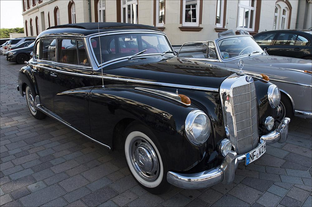 Ein Oldtimer von Mercedes Benz in der Friedrichstraße in Westerland auf der Nordseeinsel Sylt (Landkreis Nordfriesland).