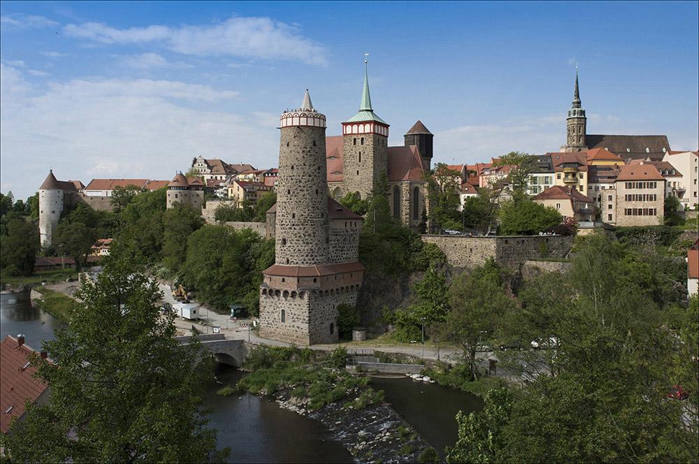 Die Alte Wasserkunst (runder Turm) in der Stadt Bautzen war eine Anlage zur Wasserversorgung der Stadt. Das Bauwerk befindet sich am Rand der Altstadt nahe dem Mühltor. Es liegt an der Spree und ist für die Besucher von Bautzen, die über die Friedensbrücke in die Stadt fahren, ein markanter Blickfang. Die Alte Wasserkunst gilt gemeinsam mit der daneben gelegenen Michaeliskirche als Wahrzeichen der Stadt Bautzen. An der Stelle eines hölzernen Vorbaus von 1495/96, der im Winter 1515 niederbrannte, wurde die Alte Wasserkunst in der heutigen Form im Jahre 1558 durch Wenzel Röhrscheidt den Älteren erbaut.