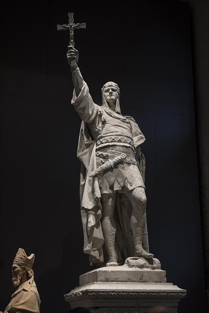 """Das Standbild vom Markgraf Albrecht der Bär (um1100 - 1170) in der Ausstellung """"Enthüllt. Berlin und seine Denkmäler"""" im Provianthaus der Zitadelle in Berlin-Spandau. Das Standbild stammt von Walter Schott und wurde am 06.05.1898 enthüllt."""