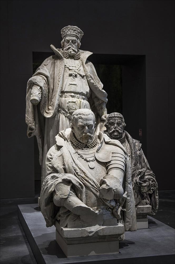 """Der Brandenburger Kurfürst Johann Georg (1525 - 1598) (stehend), Graf Rochus zu Lynar (1525 - 1596) (vorn links) und Kanzler Lampert Distelmeier (1522 - 1588) in der Ausstellung """"Enthüllt. Berlin und seine Denkmäler"""" im Provianthaus der Zitadelle in Berlin-Spandau."""