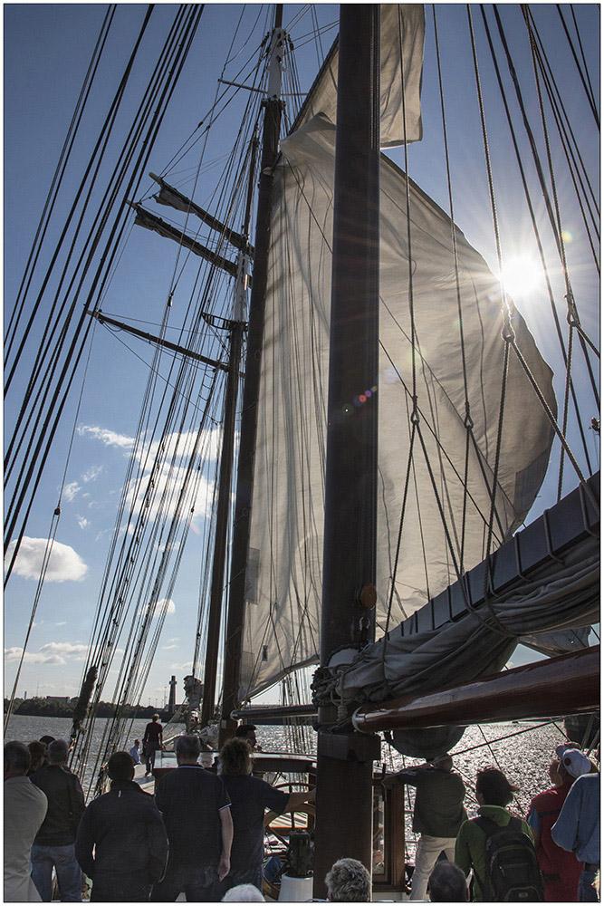 """Die """"Mare Frisium"""" (""""Friesisches Meer""""), ein historischer Dreimastmarstoppsegelschoner, bei einem Segeltörn auf der Elbe in Hamburg. Es ist ein Schiff mit bewegter Geschichte. Ursprünglich wurde es 1916 als Segelschiff gebaut, als Zweimeister mit dem Namen """"Petronella"""" fuhr es auf die Nordsee zum Fischen. In den Fünfzigerjahren wurde es dann zum ersten Mal zum Frachtschiff umgebaut, die Masten wurden abgenommen und es hieß """"Helmut"""". Mitte der Neunzigerjahre wurde das Schiff wiederentdeckt, auf den ursprünglichen Segelrumpf wurde wieder eine traditionelle Takelage draufgesetzt und von da an trug es den Namen """"Mare Frisium"""". Das Schiff ist 50 Meter lang und 6,70 Meter breit. Es hat eine Segelfläche von 634 Quadratmeter. Der Hauptmast hat eine Gesamtlänge von 31 Meter. Touristen können heute mit dem Segler Ein- oder Mehrtagssegeltörns unternehmen."""