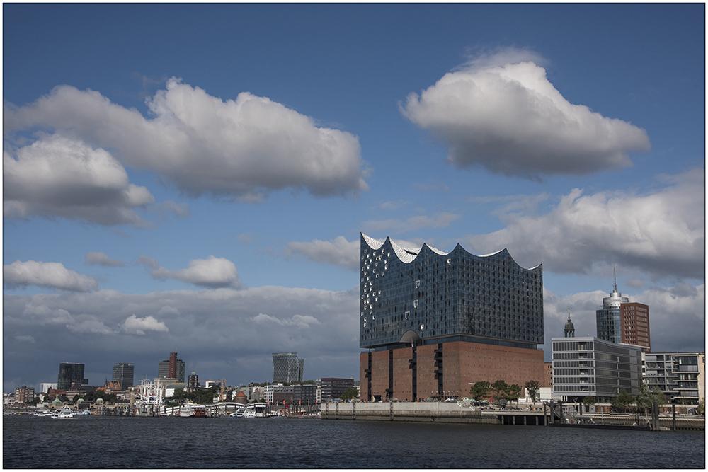 Die Elbphilharmonie an der Elbe ist ein seit April 2007 in Bau befindliches Konzerthaus in der HafenCity in Hamburg. Das 110 Meter hohe Gebäude wird vom Baudienstleister Hochtief errichtet. Der Entwurf und die weitere Hochbauplanung des Gebäudes stammt vom Basler Architekturbüro Herzog & de Meuron. Bauherr ist formell die Elbphilharmonie Hamburg Bau GmbH & Co. KG, deren Kommanditist und Hauptgeldgeber das Land Hamburg ist. Die Fertigstellung des Gebäudes war für 2010 geplant. Die Eröffnung soll nun im Januar 2017 erfolgen. Die Baukosten stiegen von 77 Millionen Euro auf jetzt 575 Millionen Euro.