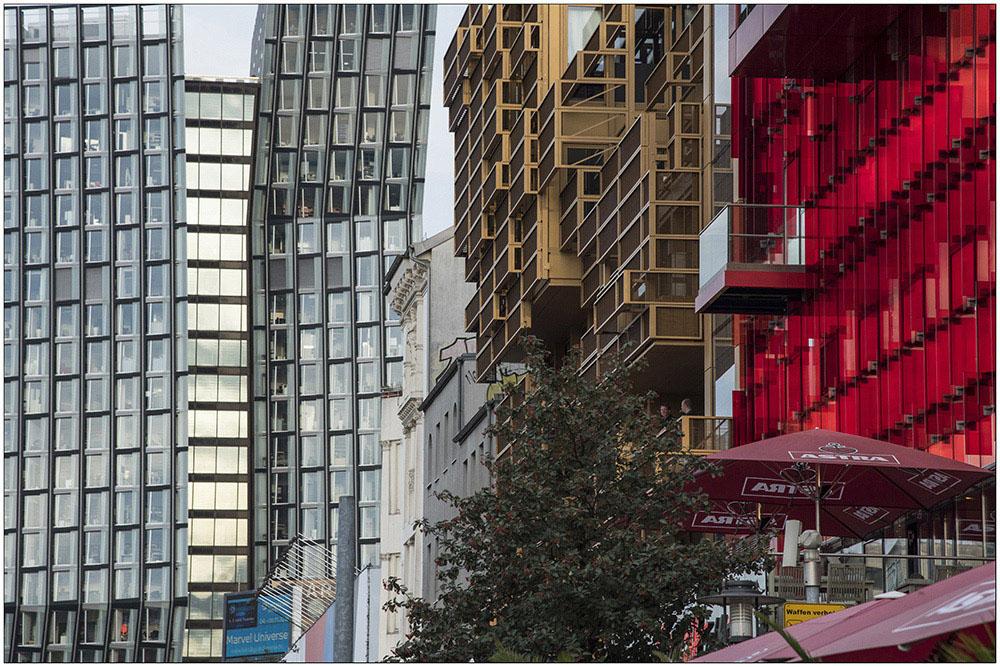 Als Tanzende Türme bzw. Tango-Türme werden die zwei Hochhäuser (im Foto links) bezeichnet, die am östlichen Eingang zur Reeperbahn in Hamburg stehen. Sie wurden 2012 nach Plänen des Architektenbüros BRT – Bothe, Richter, Teherani fertiggestellt und vom Strabag-Konzern finanziert. Die Nutzung umfasst Bürofläche, Gastronomie, eine Radio-Station und einen Musikclub unter dem Gebäude.