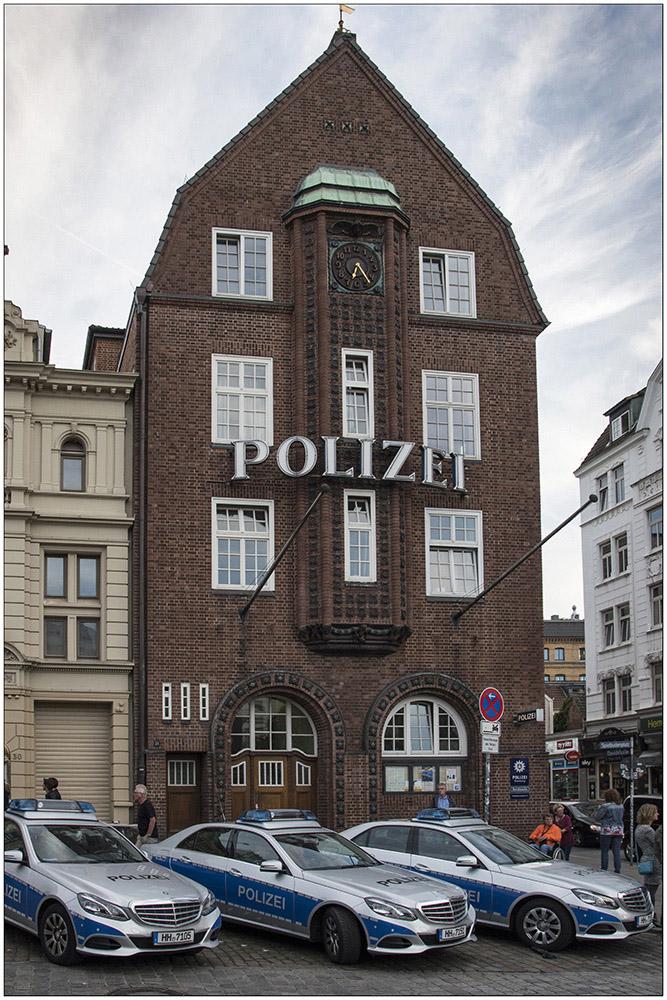 Die Davidwache, das Gebäude des Hamburger Polizeikommissariats 15 auf der Reeperbahn im Stadtteil St. Pauli. Das Reviergebiet ist mit nur 0,92 km² und etwa 14.000 Einwohnern das kleinste Europas. Das Gebäude wurde von Fritz Schumacher geplant und 1914 fertiggestellt, der Bildhauer Richard Kuöhl gestaltete die Schmuckkeramik. Der denkmalgeschützte Altbau wurde 2004/2005 rückseitig um einen modernen Anbau erweitert, in dem die Räume der Kriminalpolizei untergebracht sind.