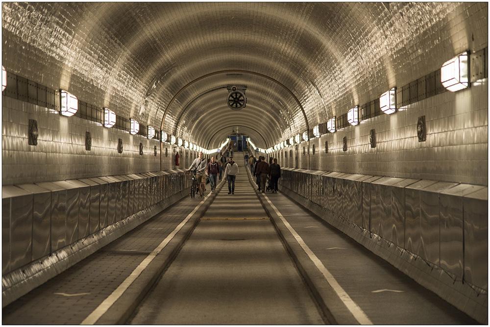 Der von 1907 bis 1911 für 10 Millionen Goldmark erbaute alte Elbtunnel in Hamburg. Die Tunnelröhre ist 426, 50 Meter lang, die Höhe von der Einfahrt bis zur Schachtsohle beträgt 23,50 Meter. Aufzüge transportieren Fahrzeuge und Personen in den Tunnelschacht. Seit der Eröffnung des Tunnels unterquerten pro Jahr zwanzig Millionen Menschen die Elbe, für Fußgänger kostenlos.