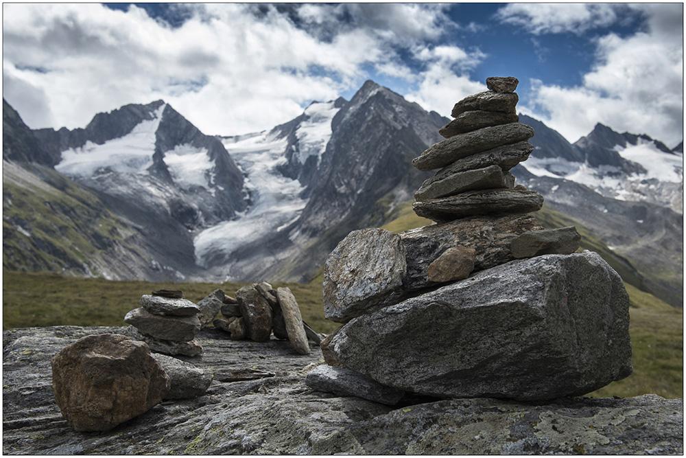 Auf der Hohe-Mut-Alm (2650 Meter) über Obergurgl im UNESCO-Biosphärenpark Gurgler Kamm in den Ötztaler Alpen in Tirol, Österreich. Im Hintergrund der Gaisbergferner (Gletscher) und die Gipfel Hochfirst (3403 Meter), Kirchenkogel (3280 Meter) und Liebener Spitze (3399 Meter).