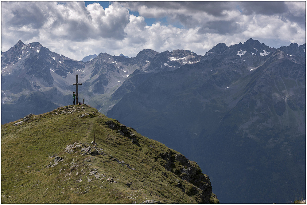 Am Gipfelkreuz des Brand (2283 Meter) bei Niederthai im Naturpark Ötztaler Alpen in den Ötztaler Alpen in Tirol, Österreich.