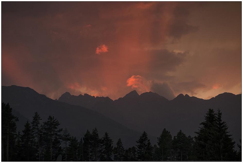 Sonnenuntergang über Niederthai in den Ötztaler Alpen in Tirol, Österreich.