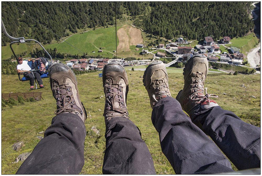 Auf dem Lift zwischen Vent (1895 Meter) im Tal und der Bergstation Stablein (2365 Meter) in den Ötztaler Alpen in Tirol, Österreich.