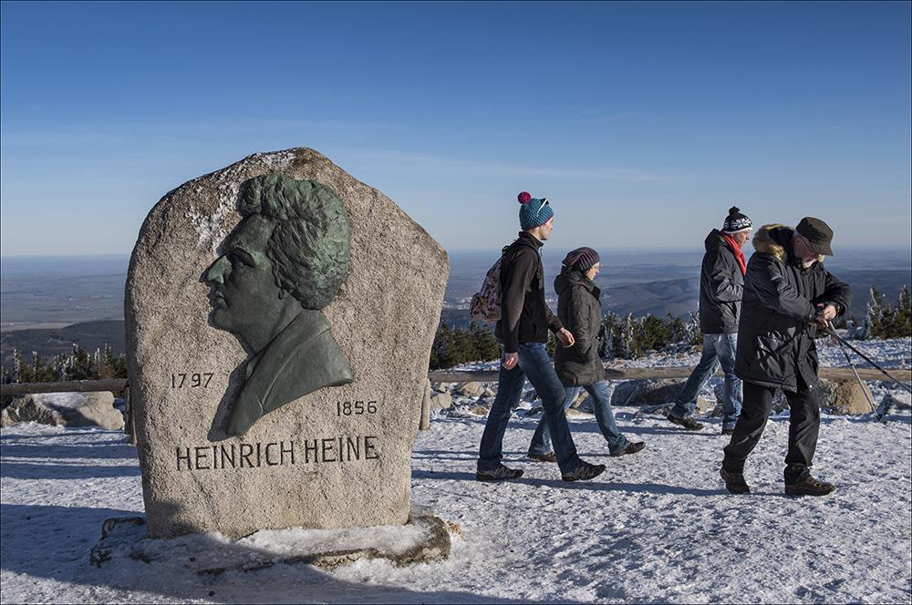 Der Gedenkstein an den Dichter Heinrich Heine auf dem Gipfel des 1141 Meter hohen Gipfels, der während seiner Harzreise auf dem Brocken übernachtete. Blauer Himmel auf dem höchsten Berg Norddeutschlands ist sehr selten.