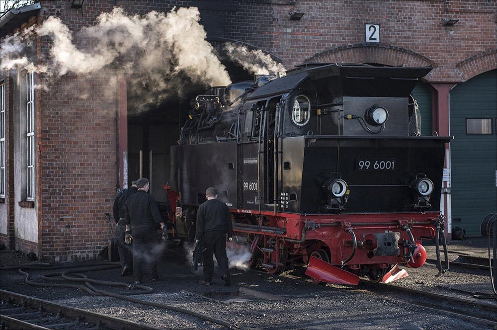 Die historische Dampflok 99 6001 vor dem Lokschuppen am Bahnhof Gernrode (Landkreis Harz) auf der Schmalspurstrecke der Selketalbahn im Harz. Die Dampflok wurde 1939 bei Krupp in Essen gebaut. Die Höchstgeschwindigkeit beträgt 50 km/h.
