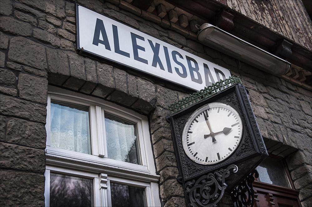 Die Uhr auf dem Bahnhof Alexisbad (Landkreis Harz) der Selketalbahn im Harz.