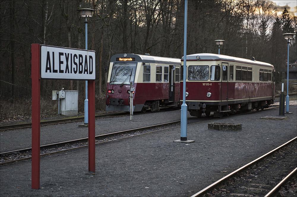 Zwei Dieseltriebwagen der Selketalbahn im Bahnhof Alexisbad (Landkreis Harz) im Harz. Rechts der Triebwagen 187 013-8. Gebaut wurde er 1954 von der Firma Talbot in Aachen. Die Höchstgeschwindigkeit beträgt 50 km/h. Links der Triebwagen 187 019-5, gebaut im Jahr 1999 von den Spezialwerke Fahrzeugbau Halberstadt, dem ehemaligen Raw Halberstadt.