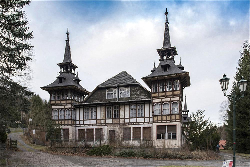 Eines von vielen leerstehenden Gebäuden in Alexisbad (Landkreis Harz) im Naturschutzgebiet Selketal, die dem Verfall preisgegeben sind. Früher beherbergte dieses Haus Urlauber.