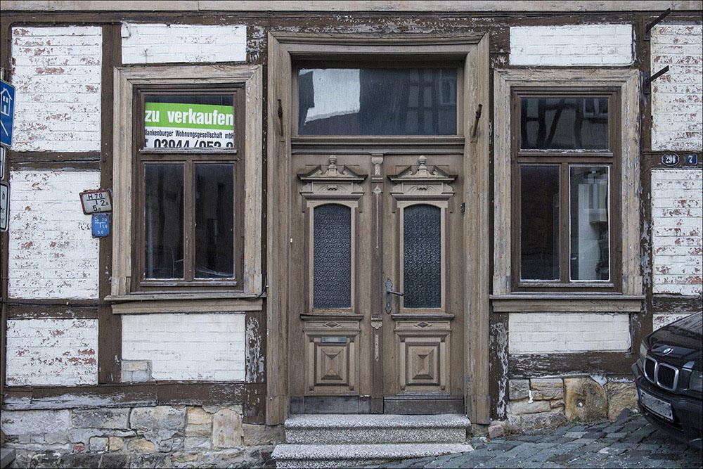 Ein altes Fachwerkhaus in der Altstadt von Blankenburg (Harz) steht zum Verkauf. So wie dieses stehen viele Häuser und Geschäfte in der Altstadt leer und sind dem Verfall preisgegeben.